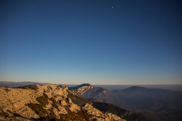 Pôr do sol de inverno em serra del montsec, lleida, espanha