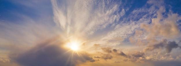 Pôr do sol de inverno na paisagem deslumbrante do céu com o pôr do sol épico com o pôr do sol no horizonte
