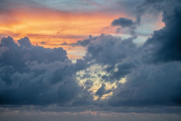 Pôr do sol de nuvem do céu para o fundo