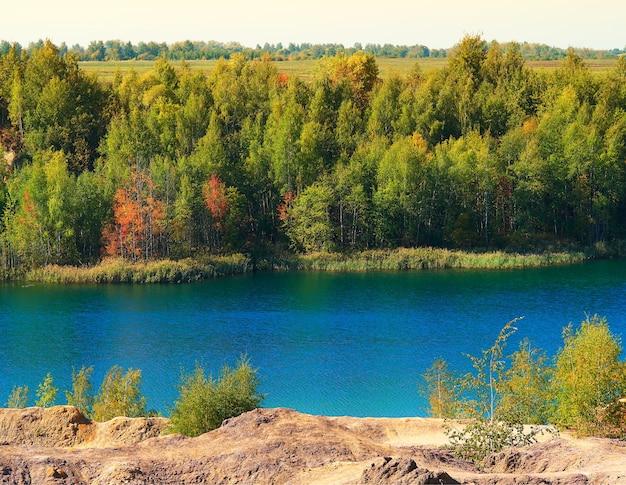 Pôr do sol de outono dramático no fundo do rio mais limpo