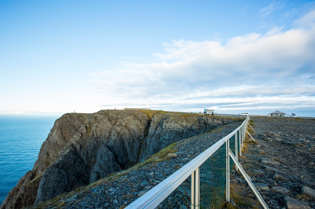 Pôr do sol de outono e paisagem em nordkapp. norte da noruega