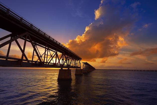 Pôr do sol de ponte velha florida keys na bahia honda