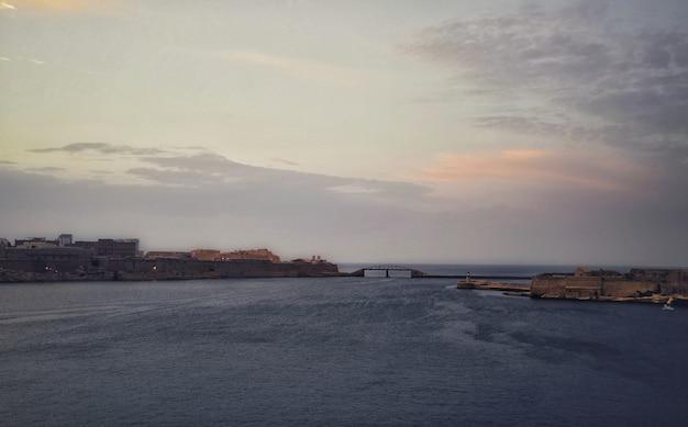 Por do sol de tirar o fôlego sobre o oceano em valletta malta