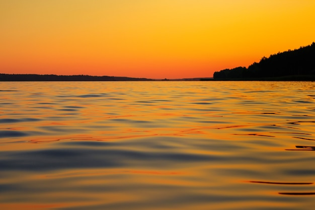 Pôr do sol de verão brilhante no rio.