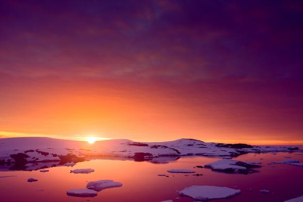 Pôr do sol de verão na antártica. fundo de inverno lindo.