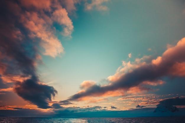Pôr do sol de verão na antártica