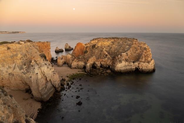 Pôr do sol de verão na costa de portugal.