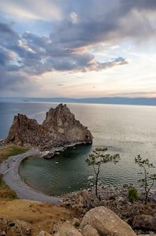 Pôr do sol de verão sobre a rocha de shamanka burhan na ilha olkhon no lago baikal, rússia