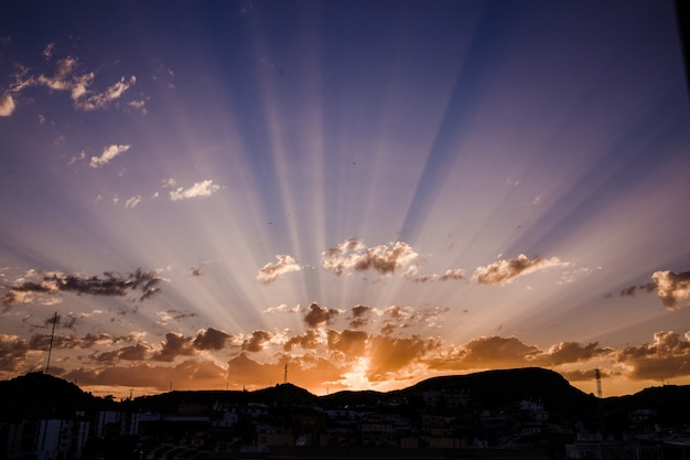 Pôr do sol deslumbrante com os últimos raios da luz solar