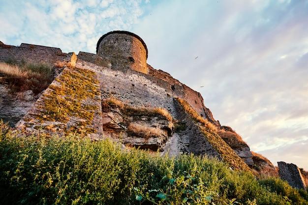 Pôr do sol deslumbrante perto da fortaleza de akkerman