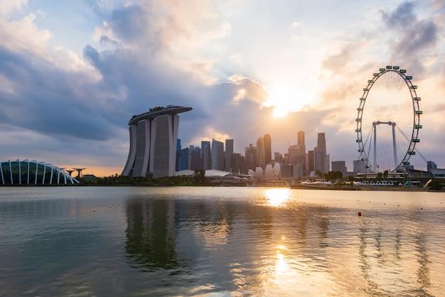 Pôr do sol do horizonte da cidade de singapura. a melhor vista de singapura