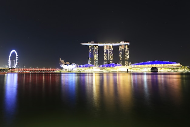 Pôr do sol do horizonte da cidade no distrito financeiro, hotel marina bay sands à noite, singapura