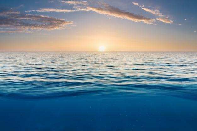 Pôr do sol do mar e do céu azul para o fundo pôr do sol bonito na praia e no mar