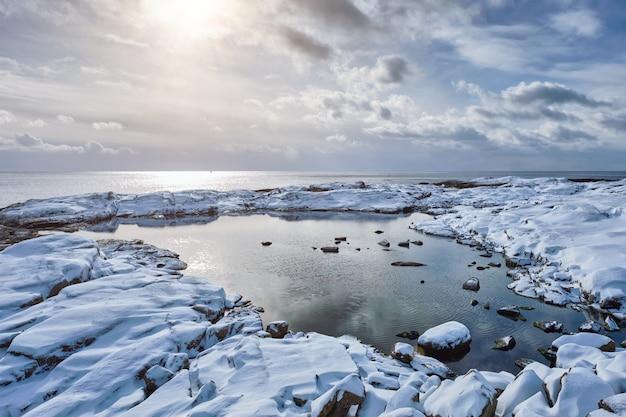 Pôr do sol do mar no inverno
