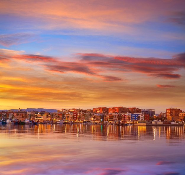 Por do sol do porto de tarragona em catalonia