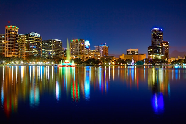Por do sol do skyline de orlando no lago eola florida eu