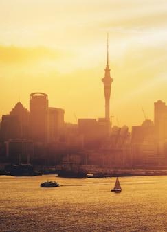 Por do sol dourado na cidade de auckland, nova zelândia.