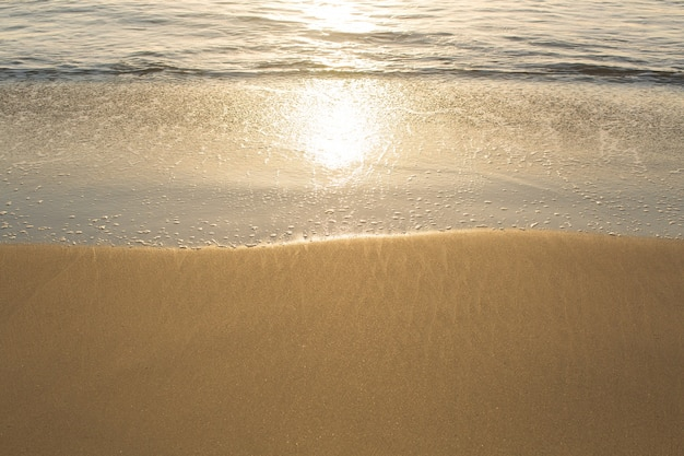 Pôr do sol dourado na costa do mar