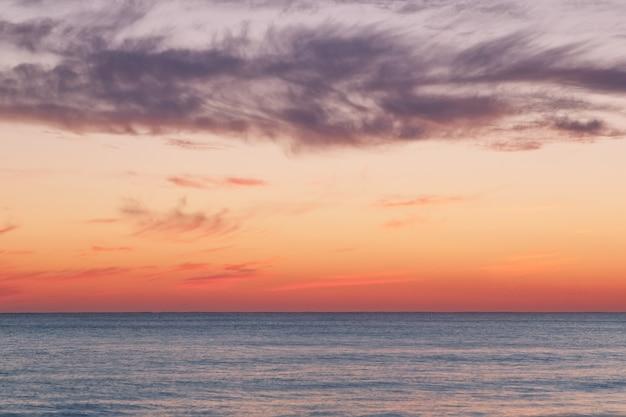 Pôr do sol dourado sobre o mar.