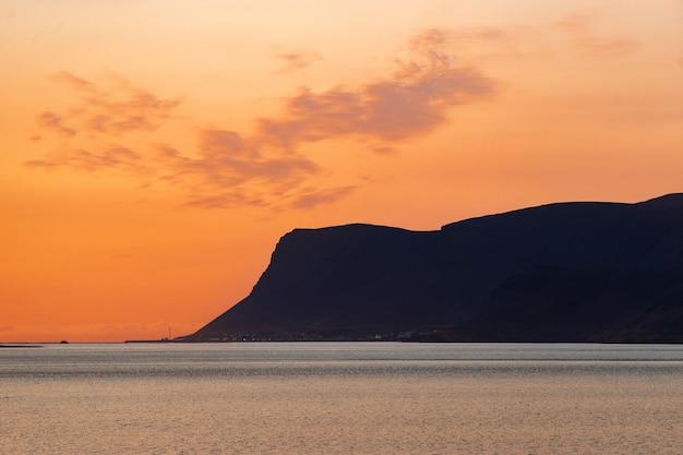 Pôr do sol dramático de verão nos fiordes oeste da islândia.