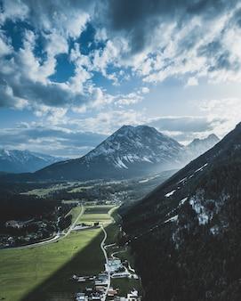 Por do sol dramático disparado nos cumes austríacos.