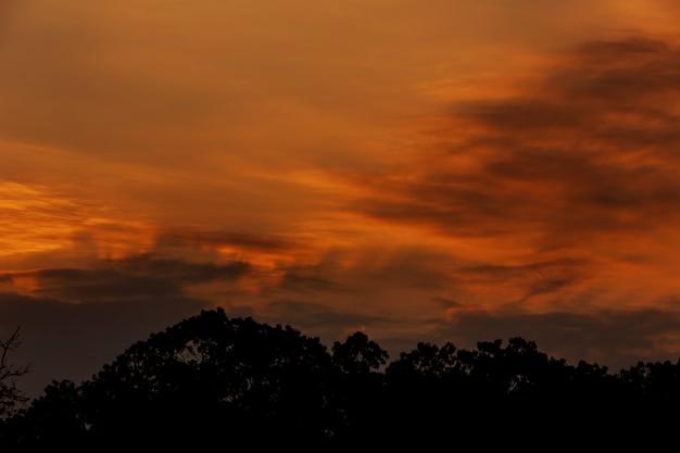 Por do sol dramático e céu do nascer do sol.
