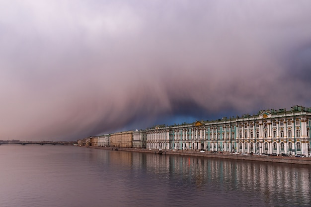Pôr do sol dramático e frente meteorológica com risco de tempestade de neve na primavera sobre o hermitage em são petersburgo. vista no rio neva.