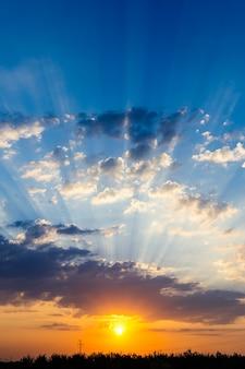 Por do sol dramático em algum lugar na turquia