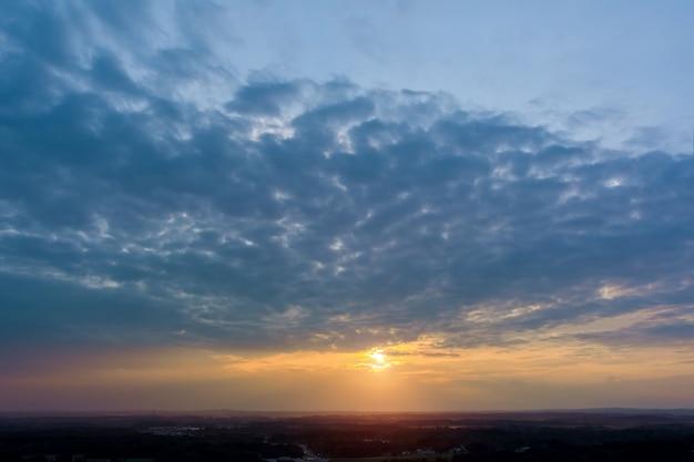 Pôr do sol dramático lindo céu colorido