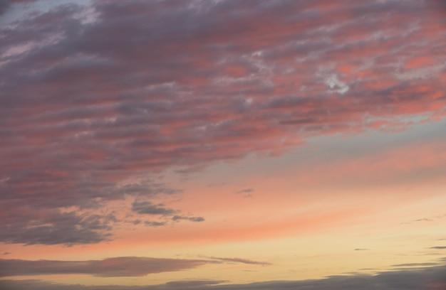 Pôr do sol dramático rosa laranja vermelho céu com nuvens, brilhante e suave nascer do sol com textura de paisagem