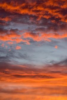 Pôr do sol dramático rosa laranja vermelho céu com nuvens, brilhante e suave textura do cenário do nascer do sol