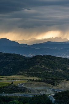 Pôr do sol dramático sobre os picos das montanhas dos pirenéus