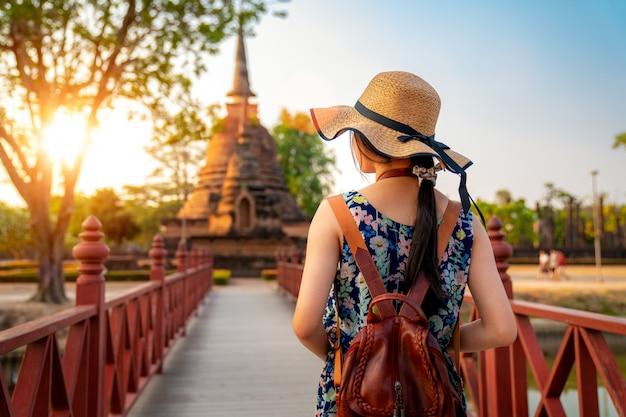 Pôr do sol e luz no parque histórico de sukhothai