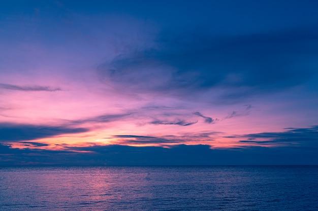 Pôr do sol e mar.