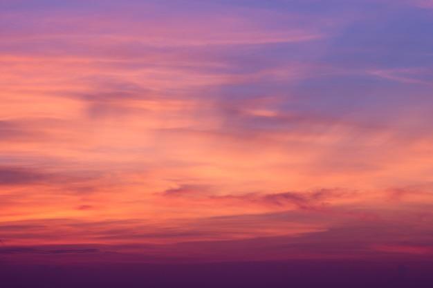Por do sol e nuvens roxos azuis do céu. fundo natural de beleza