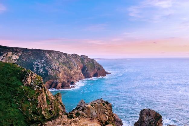 Pôr do sol e o oceano. admire a natureza encantadora do cabo de roca