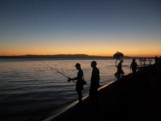 Pôr do sol e pescadores