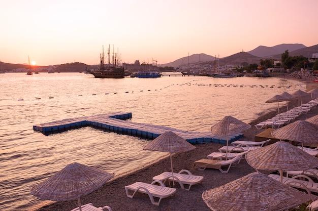 Pôr do sol e praia com vista sobre o resort de bodrum.
