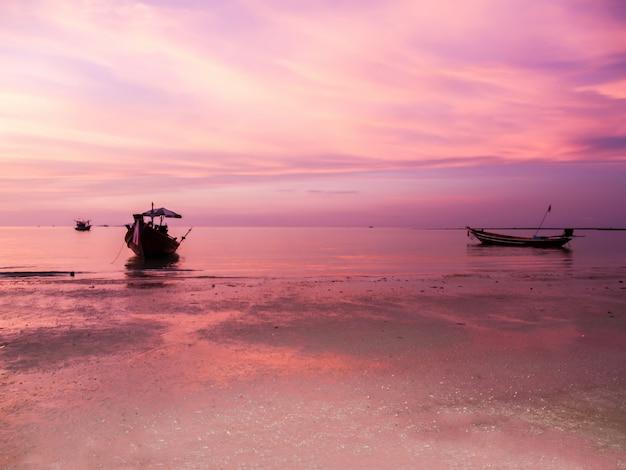 Pôr do sol e praia uma linda em koh phangan, surat thani, tailândia tailândia