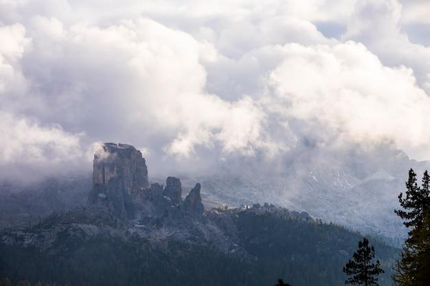 Pôr do sol em 5 torri, dolomitas, alpes, norte da itália