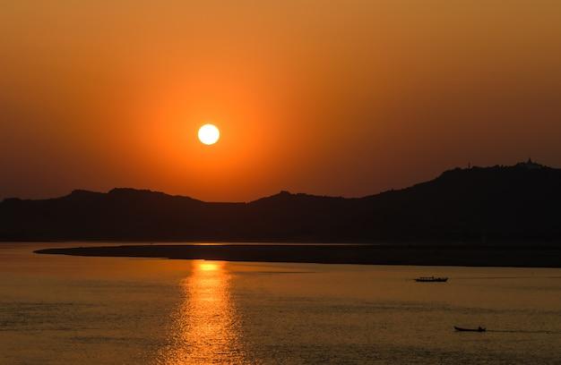 Pôr do sol, em, ayeyarwady, rio, em, bagan, myanmar