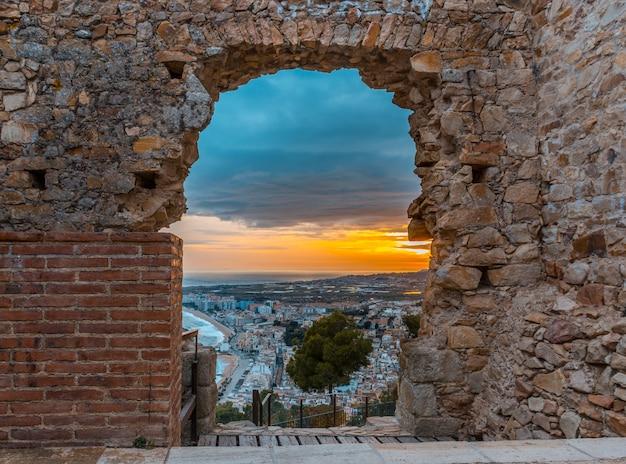 Pôr do sol em blanes do castelo de san juan.
