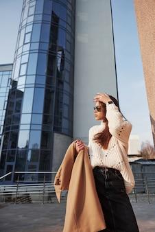 Pôr-do-sol em breve. linda jovem com roupas quentes passeava pela cidade nos fins de semana