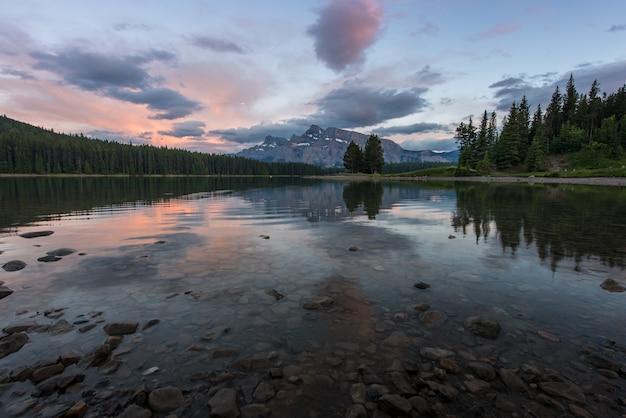 Pôr do sol, em, dois, lago jack, em, parque nacional banff, canadá
