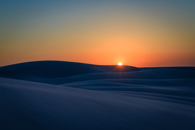 Pôr do sol em dunas de areia nos lençóis maranhenses, estado do maranhenses, cidade de barreirinhas, brasil