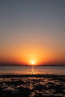 Pôr do sol em frente ao mar.