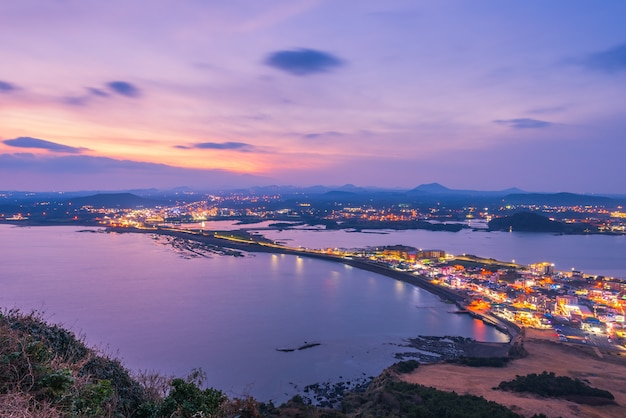 Pôr do sol em jeju do seongsan ilchulbong, ilha de jeju à noite, coreia do sul