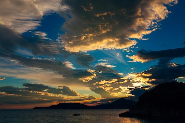 Pôr do sol em montenegro sobre as montanhas e o mar