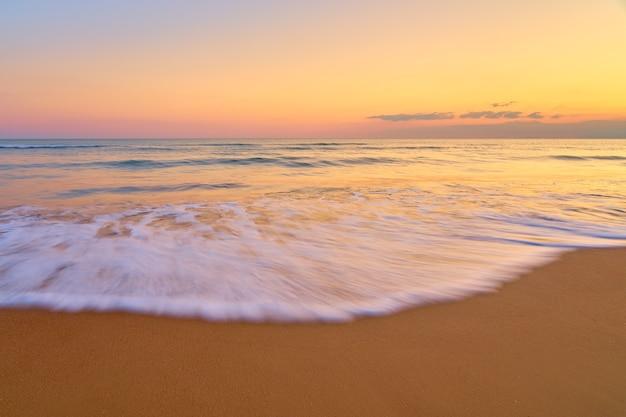 Pôr do sol em pastel suave na praia tropical
