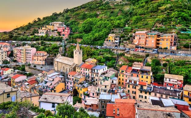Pôr do sol em riomaggiore, cinque terre, patrimônio mundial da unesco na itália
